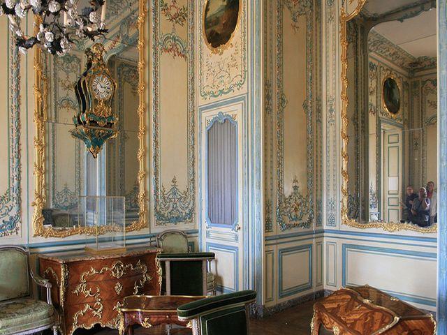 мебель в античном стиле с резьбой и позолотой