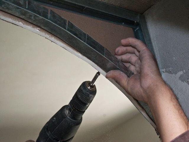 процесс установки металлического профиля для арки