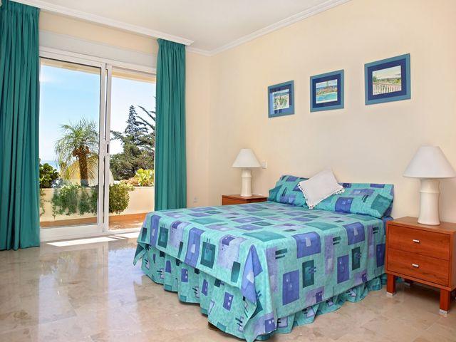 классическая спальня с бирюзовыми шторами