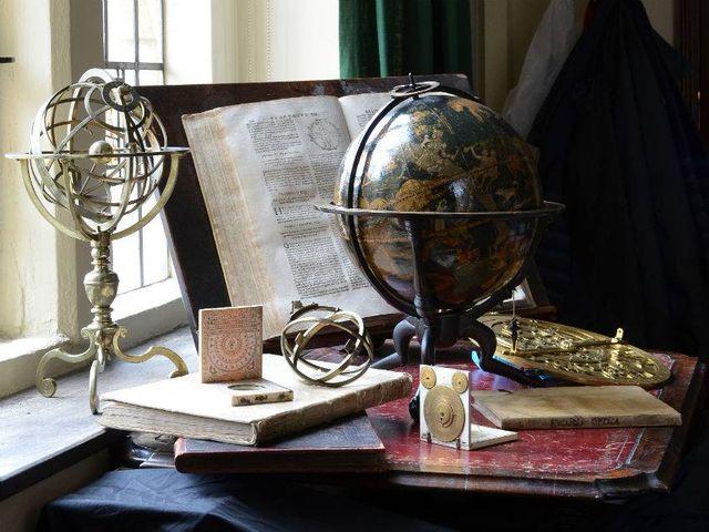 старинный глобус в интерьере стимпанк