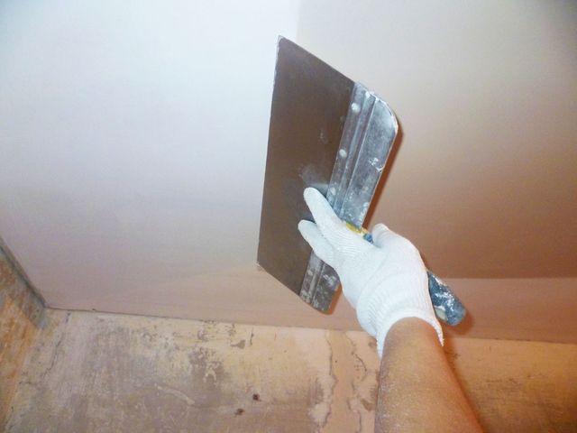 процесс шпаклевки потолка из гипсокартона