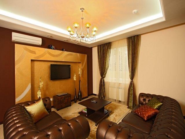красиво оформленная стенная ниша в гостиной