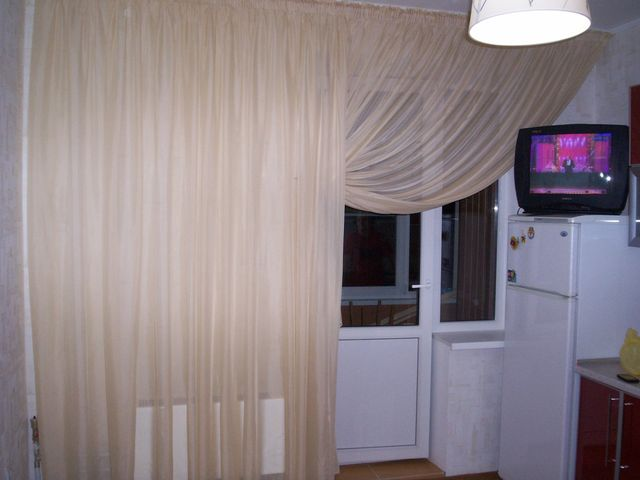 светлые занавески на маленькой кухне с балконом