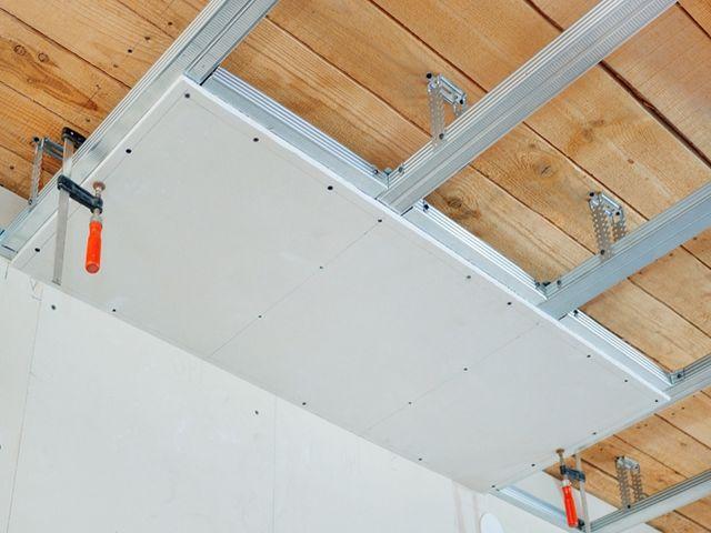процесс монтажа листов гипсокартона на потолок