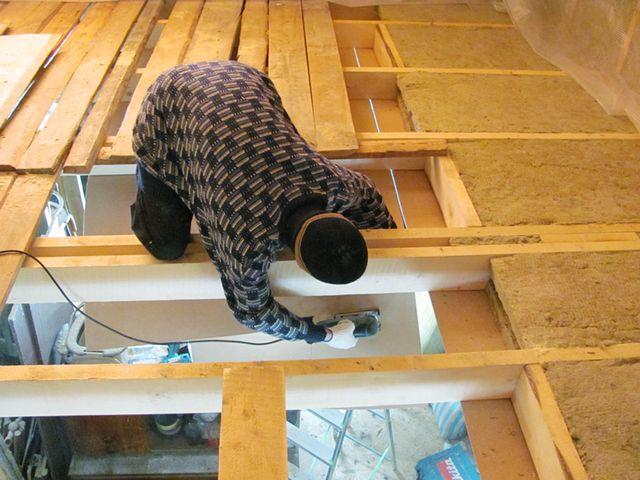 процесс утепления потолка в деревянном доме