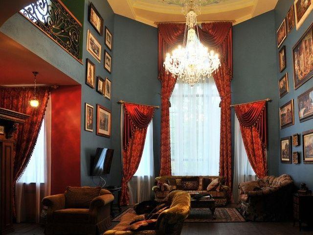 ярко-красные шторы в викторианском стиле