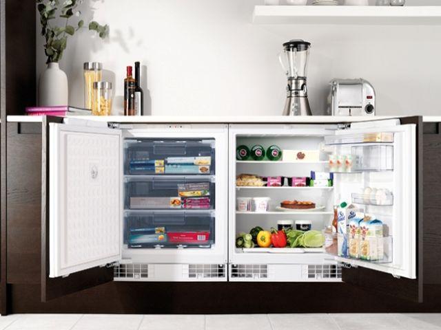 горизонтальный холодильник в интерьере кухни