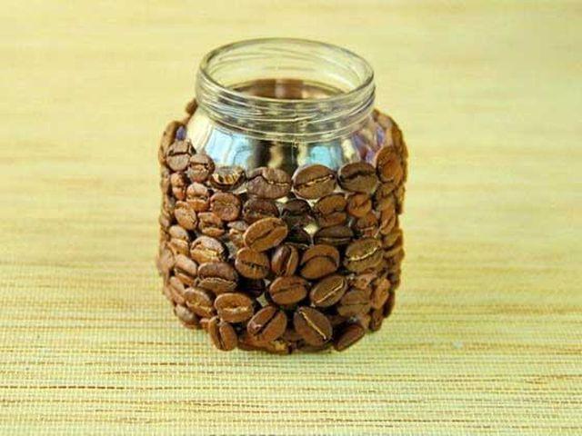 банка, оклеенная зернами кофе
