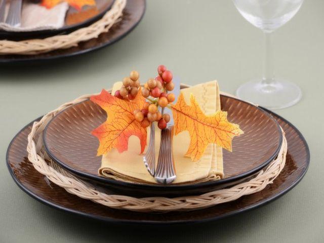 осенние листья в качестве декора стола