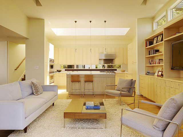 диван и кресла в просторной гостиной