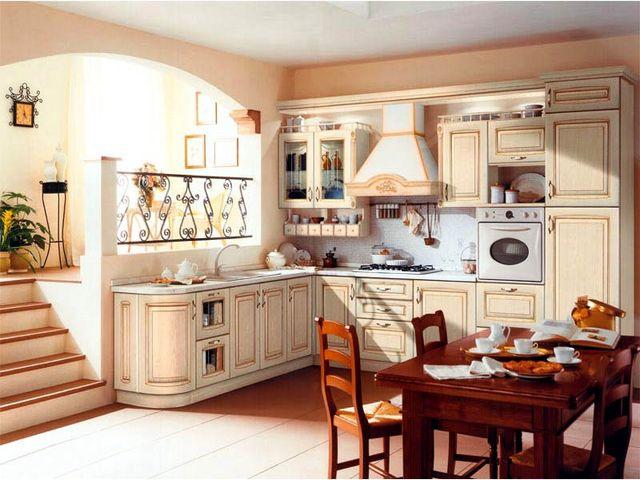 классический кухонный гарнитур из светлого дерева