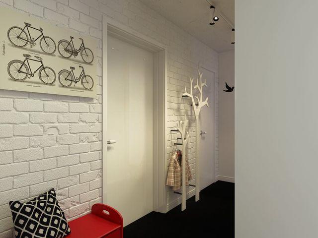 белая кирпичная стена в прихожей