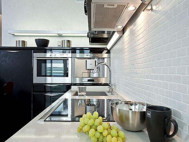 кухонный фартук на белой кирпичной стене
