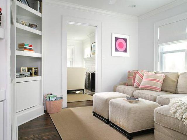 удачное решение с белыми стенами в маленькой комнате