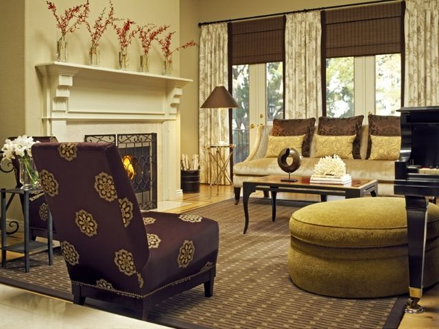 гостиная среднего размера в кремовых тонах