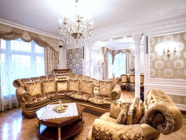 большая люстра в просторной гостиной