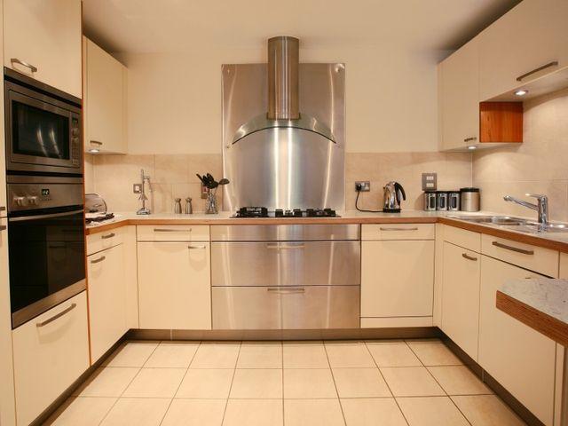 П-образный кухонный гарнитур в квадратной кухне