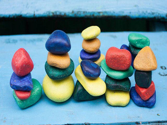 ярко раскрашенные камни в детской