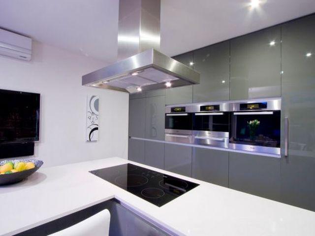 современная плита в интерьере кухни