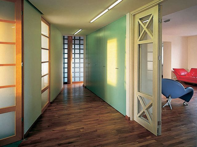 узкий коридор в нежно-голубых тонах