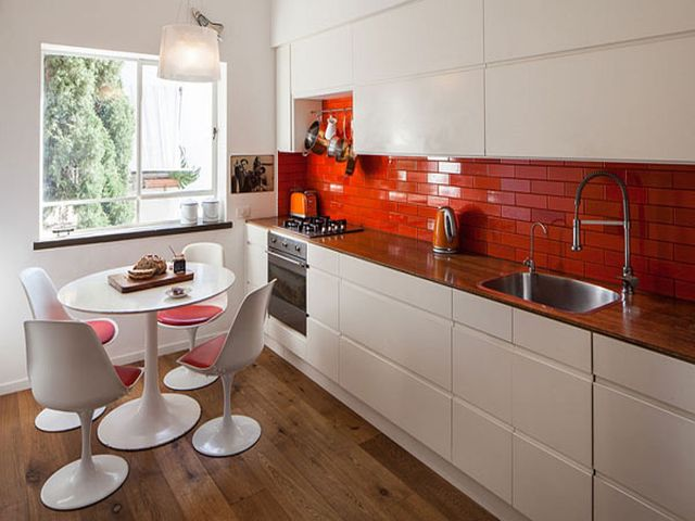 яркие цветовые акценты на маленькой кухне