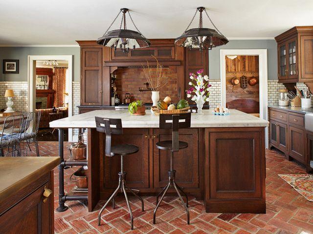 массивный деревянный кухонный остров в просторной кухне