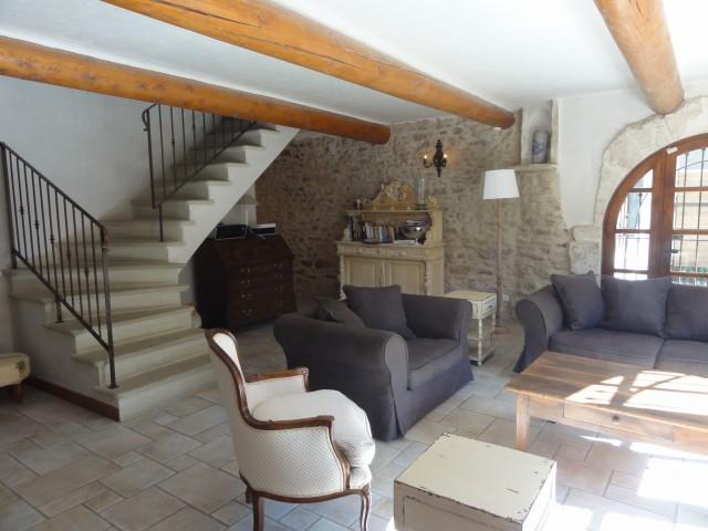 каменная лестница в гостиной