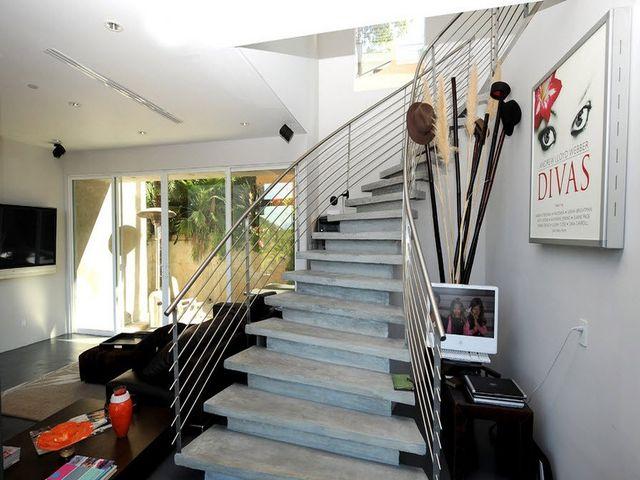лестница в гостиной на основе бетонных плит