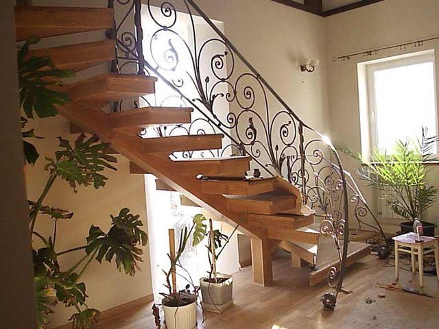 Деревянная лестница с элементами художественной ковки