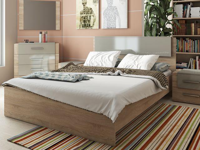 простая кровать из светлого дерева