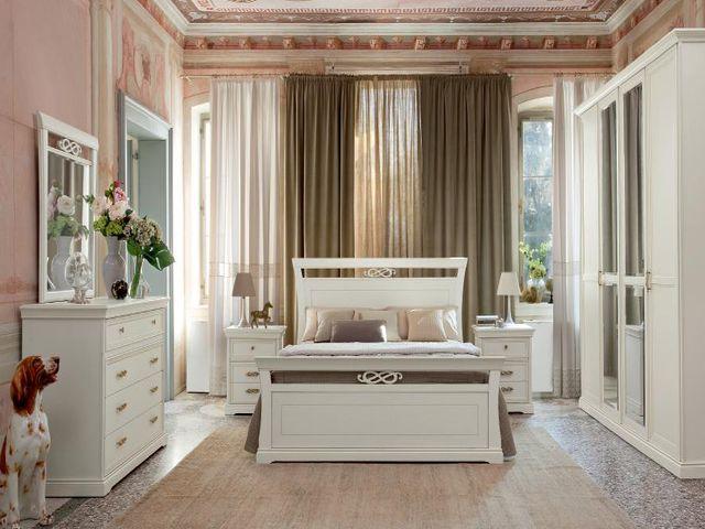 спальня с симметрично расставленной мебелью