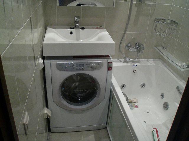 маленькая стиральная машина под раковиной