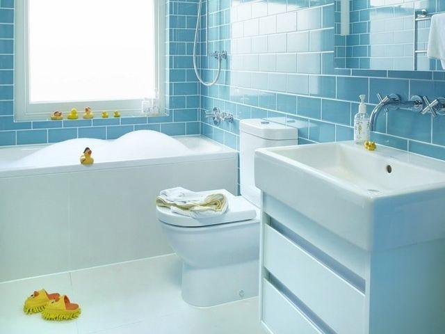мелкая плитка на стенах ванной