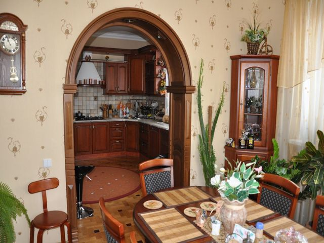 арка между комнатой и кухней