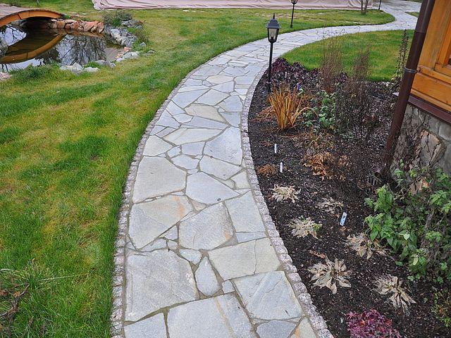 садовая дорожка, выложенная пластушкой
