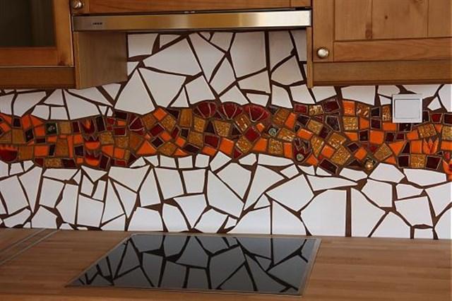 Мозаика из кусочков плитки для фартука