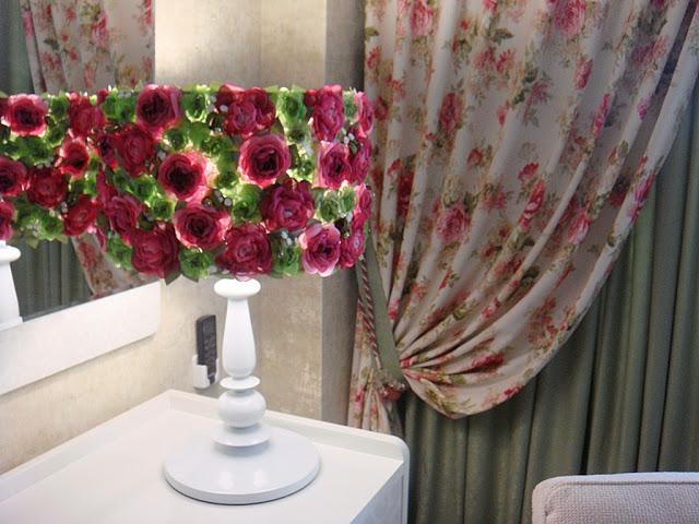 Светильник с абажуром с флористическим узором