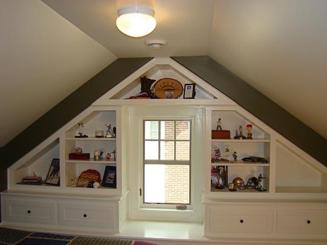 Небольшая мебель в спальне на мансарде