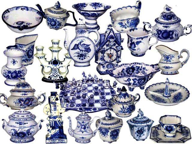 Сине-белая посуда на полках