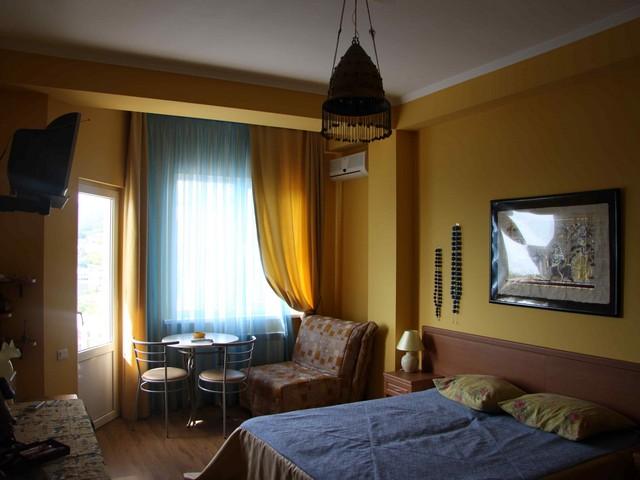 Спальня в желтых и голубых тонах