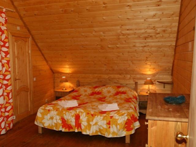 Деревянная отделка спальни на мансардном этаже