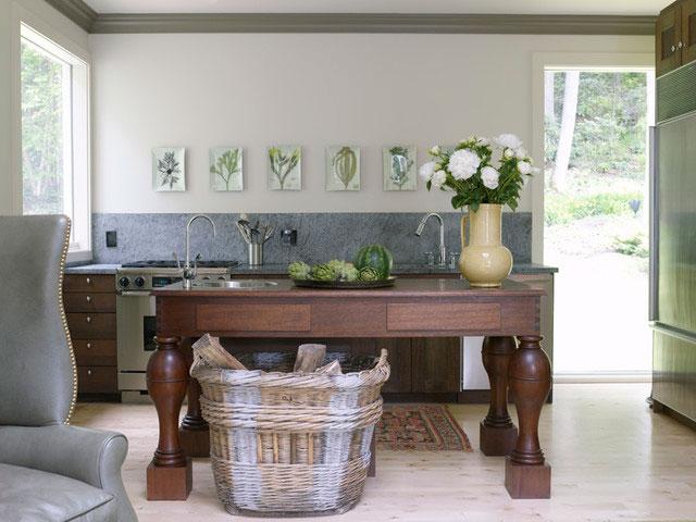 мебель с различными архаическими орнаментами