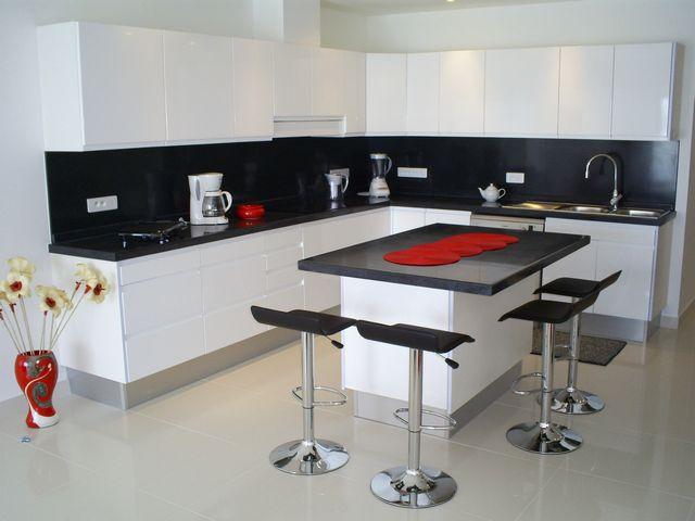 Кухня хайтек в белом цвете