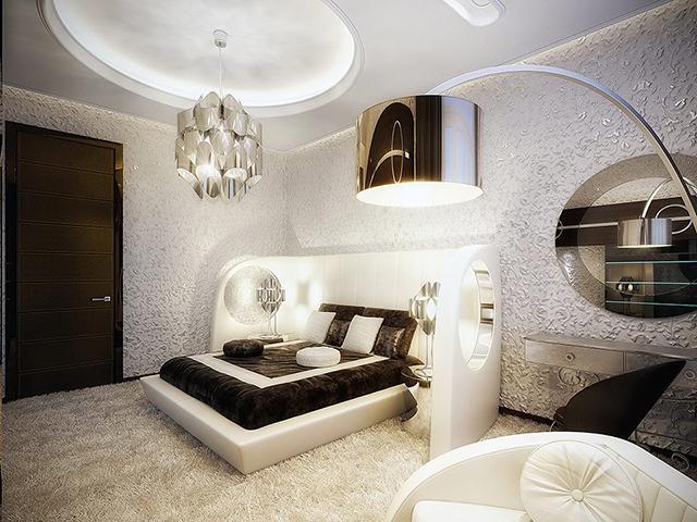 Красивая люстра в центре комнаты