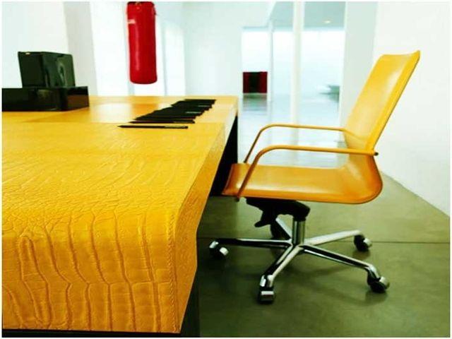 Жёлтый в кабинете