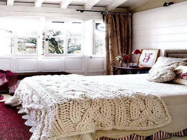 плед грубой вязки в интерьере девичьей комнаты