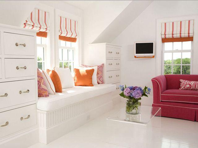диван-подоконник с уютными подушками