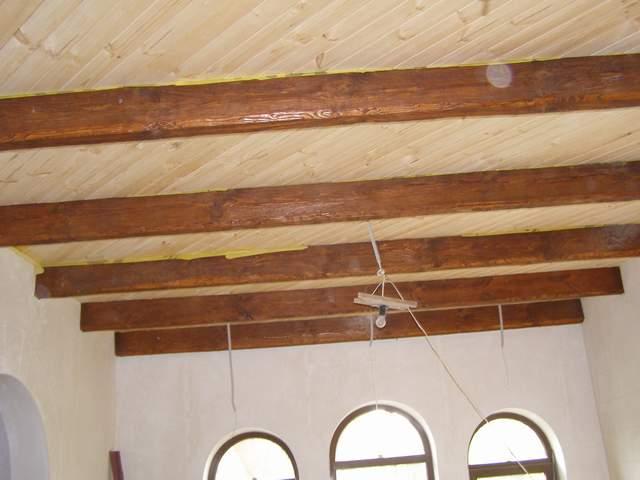 Потолок с состаренными перекрытиями
