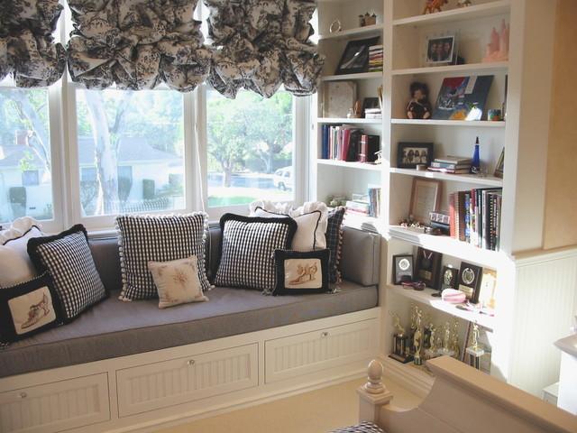 диван-подоконник и книги вокруг