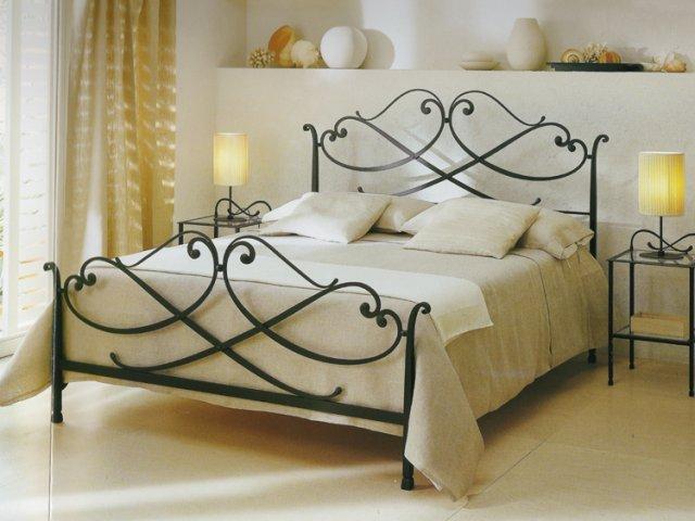 Современная кованая кровать в интерьере спальни